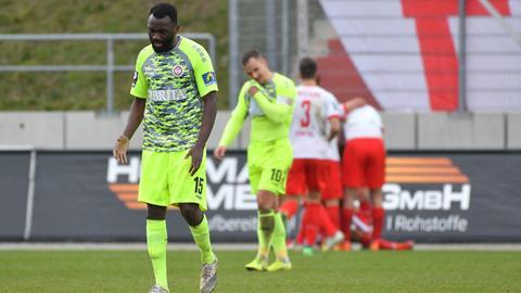Enttäuschung bei Paterson Chato und Sebastian Mrowca vom SV Wehen Wiesbaden