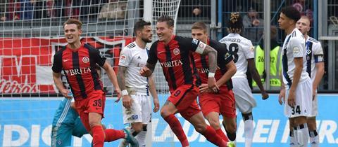 Törles Knöll und Manuel Schäffler bejubeln den späten Ausgleich gegen den HSV.