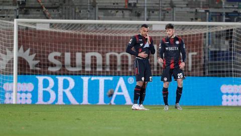 Enttäuschung bei Maurice Malone und Dennis Kempe vom SV Wehen Wiesbaden