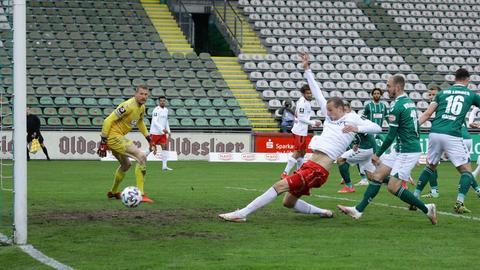 Gustaf Nilsson drückt den Ball für den SVWW über die Linie