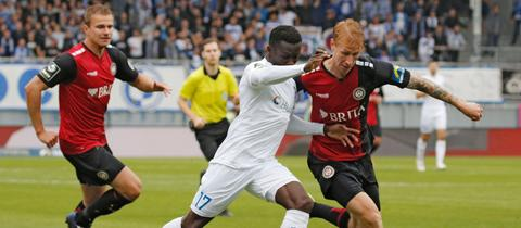 Bjarke Jacobsen vom SV Wehen Wiesbaden im Zweikampf mit dem Magdeburger Sirlord Conteh