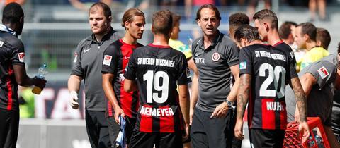 SVWW-Trainer Rüdiger Rehm und seine Mannschaft beim Spiel gegen Regensburg
