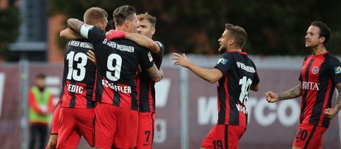 Der SV Wehen Wiesbaden bejubelt den Treffer gegen Osnabrück.