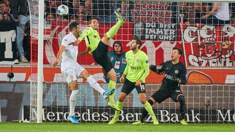 Sascha Mockenhaupt, Niklas Dams und Heinz Lindner vom SVWW verteidigen gegen Stuttgart mit vereinten Kräften.