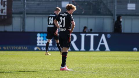 Hängende Köpfe beim SV Wehen Wiesbaden nach der Niederlage gegen Ingolstadt.