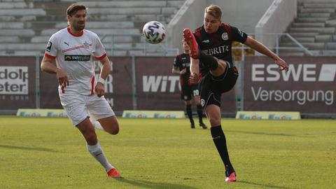 Florian Carstens vom SV Wehen Wiesbaden (rechts) und Ronny König vom FSV Zwickau