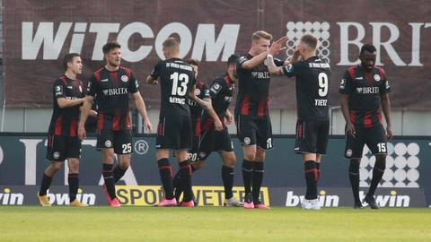 Der SV Wehen Wiesbaden jubelt im Spiel gegen Zwickau.