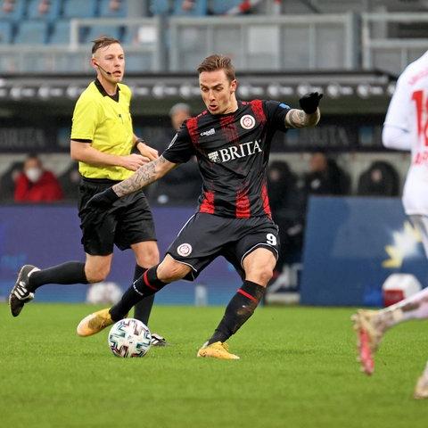 Phillip Tietz zieht ab und trifft zum 1:0 für den SVWW gegen Türkgücü.