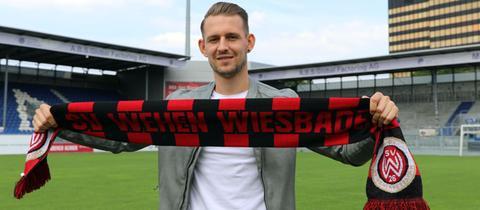 Marc Wachs im Stadion seines neuen Clubs SV Wehen Wiesbaden
