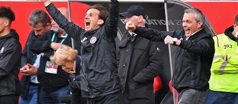 Der Moment der Gefühlsexplosion bei SVWW-Trainer Rüdiger Rehm und Sportdirektor Christian Hock.