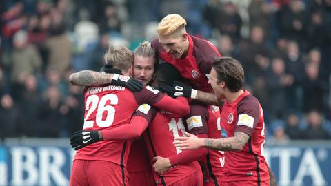 Der SV Wehen Wiesbaden jubelt.