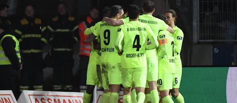 Der SV Wehen Wiesbaden jubelt über das 3:1.