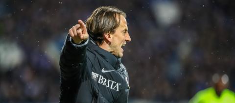 Antreiber an der Seitenauslinie: Rüdiger Rehm motiviert auch Manuel Schäffler.