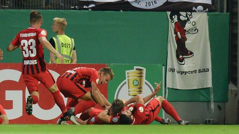 Die Spieler des SVWW bejubeln den Führungstreffer durch Sören Reddemann.
