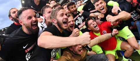 Die Mannschaft des SV Wehen Wiesbaden feiert den Aufstieg.