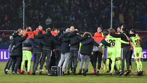 Spieler des SV Wehen Wiesbaden rücken immer näher zusammen.
