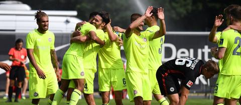 Wehen Wiesbaden bejubelt das 2:1 in Frankfurt.