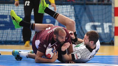 Steffen Fäth im Clinch mit einem katarischen Nationalspieler