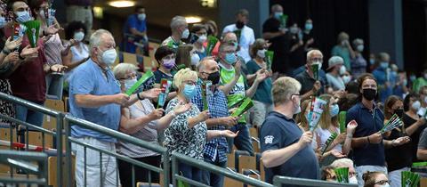 Fans der HSG Wetzlar in der heimischen Arena