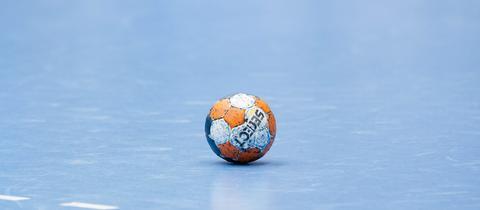 Ein Handball liegt auf dem Spielfeld.