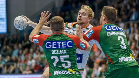 Magnus Fredriksen von der HSG Wetzlar gegen zwei Magdeburger