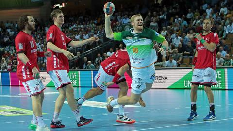 Anton Lindskog von der HSG Wetzlar setzt sich gegen die Melsunger Abwehr durch.