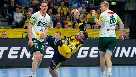 Lenny Rubin und Anton Lindskog von der HSG Wetzlar haben gegen Jannik Kohlbacher das Nachsehen.