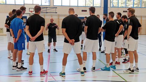 HSG-Trainer Kai Wandschneider hält eine Ansprache ans Team.
