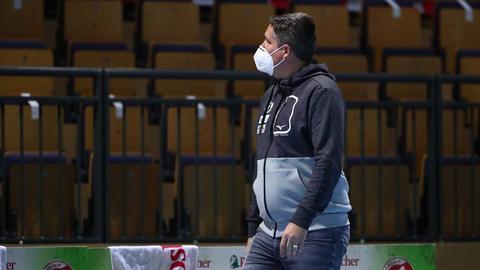 Björn Seipp, Geschäftsführer der HSG Wetzlar, mit Maske in einer leeren Handballhalle.