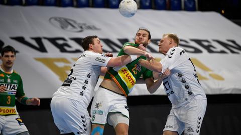 Olle Forsell Schefvert von der HSG Wetzlar muss beim Spiel in Kiel ordentlich einstecken.