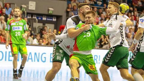 Jannik Kohlbacher (li.) versucht den Magdeburger Marko Bejzak am Abschluss zu hindern.
