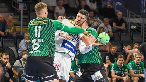 Stefan Cavor von der HSG Wetzlar wird im Spiel in Berlin in die Mangel genommen.