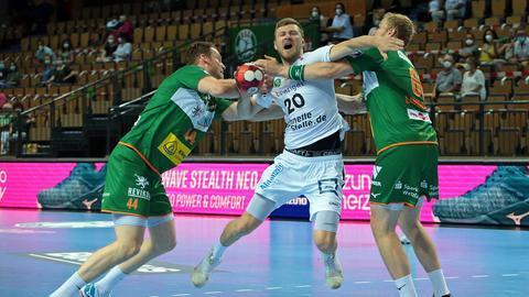 Lenny Rubin und Anton Lindskog von der HSG Wetzlar nehmen den Leipziger Philipp Weber in die Zange.