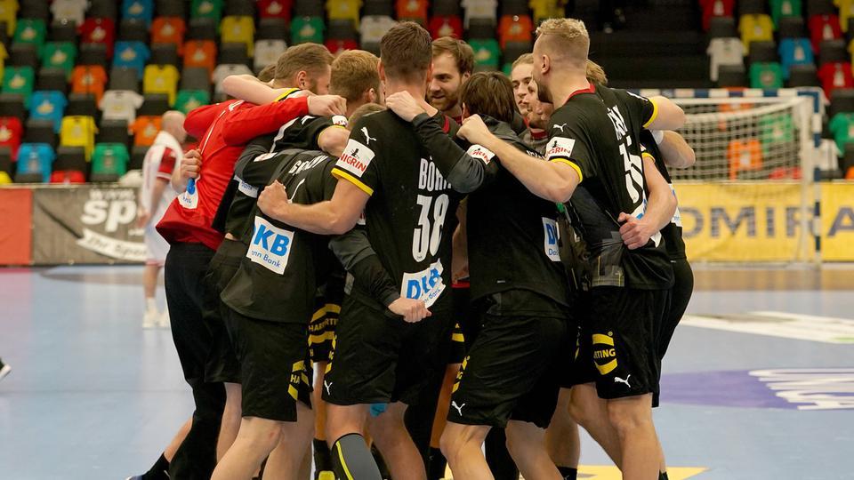 Die deutsche Handball-Nationalmannschaft schwört sich in einem Kreis ein.