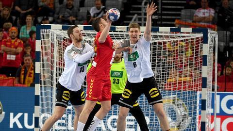 Finn Lemke von der MT Melsungen (Nummer 6) feierte seine Premiere bei der Handball-EM gegen Mazedonien.