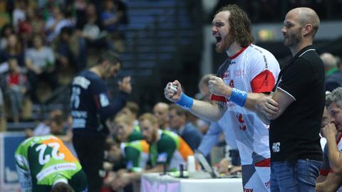Melsungens Timm Schneider ballt die Fäuste neben Trainer Heiko Grimm.
