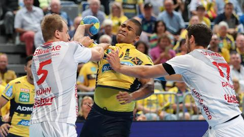 Kühn und Danner versuchen, einen Spieler von den Löwen zu blocken.