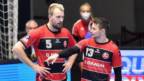 Zwei Spieler der MT Melsungen, Julius Kühn und Yves Kunkel, stehen nebeneinander auf dem Feld.