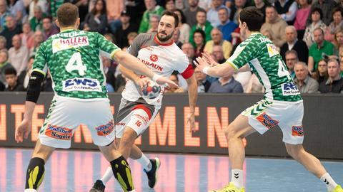 Philipp Müller von der MT Melsungen am Ball gegen Göppingen.