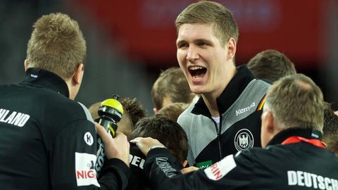 Abwehr-Riese Finn Lemke inmitten seiner Kollegen.