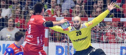 Marino Maric markiert einen seiner Treffer für die MT Melsungen.
