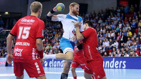 Marino Maric (MT Melsungen) versucht, den Stuttgarter Manuel Späth zu stoppen.