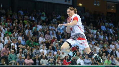 Melsungens Tobias Reichmann springt im Spiel gegen Wetzlar.
