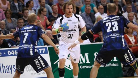 Timm Schneider mit zwei Flensburger Gegenspielern