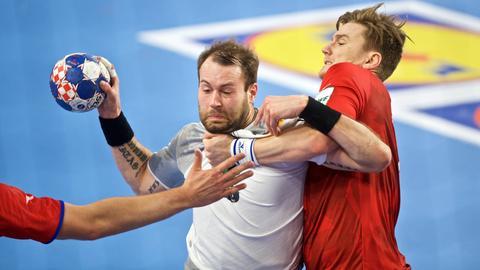 Steffen Fäth wird von Tschechiens Jan Landa in die Mangel genommen.