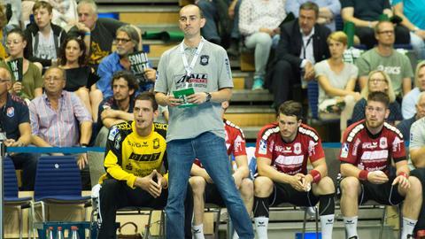 Hüttenbergs Coach und die Ersatzspieler schauen traurig.