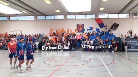 Die Fans der Ultras Breckenheim 2019 feuern mit vielen Fahnen vom Spielfeldrand ihre Mannschaft an.