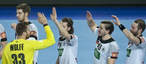 Andreas Wolff, Johannes Sellin, Jannik Kohlbacher und Steffen Fäth klatschen sich ab.