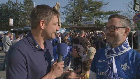 hr-Reporter Christian Adolph mit Darmstadt-Fan
