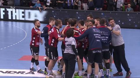 Der TV Hüttenberg bildet einen Mannschaftskreis